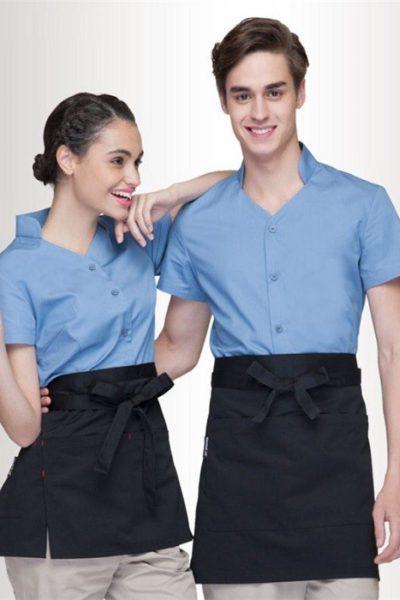 Đồng phục nhà hàng khách sạn – Đồng phục phục vụ quần kem, tạp dề đen, áo sơ mi xanh tay ngắn 02
