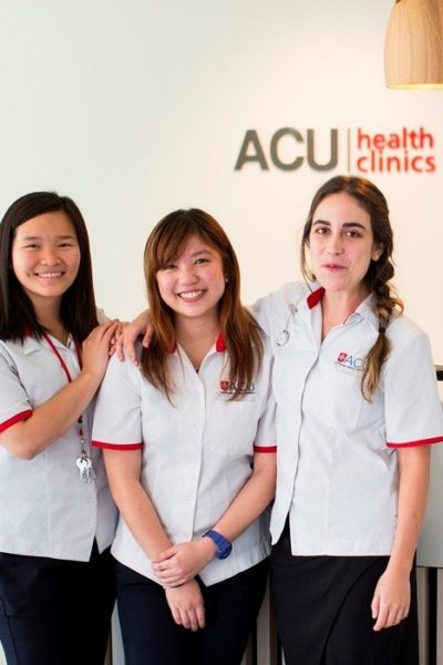 Đồng phục bệnh viện – Đồng phục y tá màu trắng tay ngắn 02