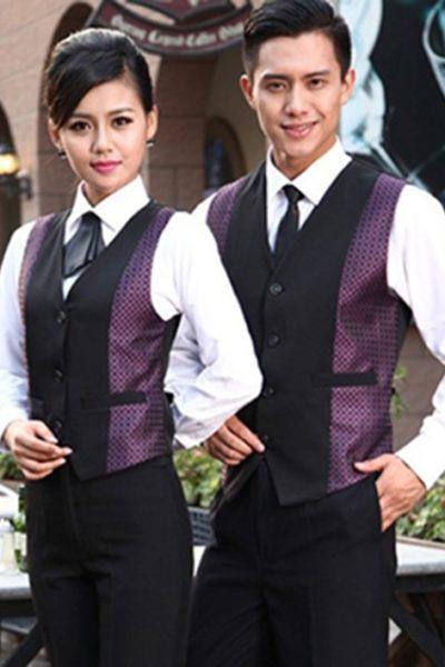 Đồng phục nhà hàng khách sạn – Đồng phục pha chế quần tây đen, áo sơ mi trắng, áo ghi lê phối đen tím 07