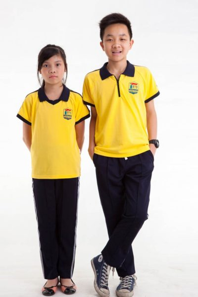 Đồng phục học sinh sinh viên – Đồng phục học sinh cấp I quần tây đen, áo thun cổ trụ vàng cổ đen 12