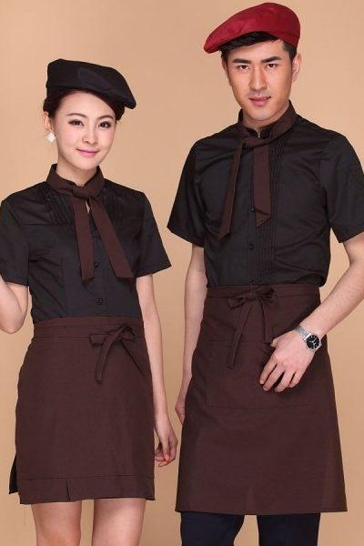 Đồng phục nhà hàng khách sạn – Đồng phục pha chế tạp dề nâu, áo sơ mi đen tay ngắn 02