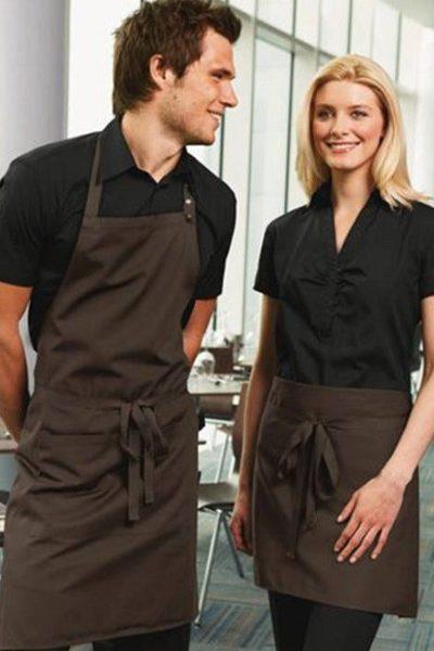 Đồng phục nhà hàng khách sạn – Đồng phục pha chế tạp dề nâu, áo sơ mi đen tay ngắn 03