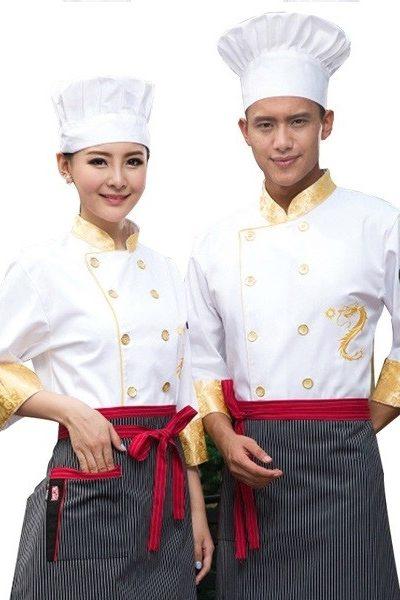 Đồng phục nhà hàng khách sạn – Đồng phục bếp áo trắng nút vàng họa tiết vàng, tạp dề sọc đen trắng dây đỏ 19