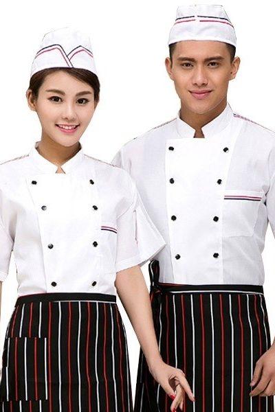 Đồng phục nhà hàng khách sạn – Đồng phục bếp áp trắng nút đen viền đen đỏ, tạp dề đen sọc đỏ trắng 20