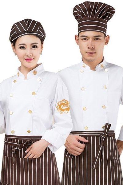 Đồng phục nhà hàng khách sạn – Đồng phục bếp áo trắng nút vàng họa tiết vàng, nón, tạp dề nâu sọc trắng 22
