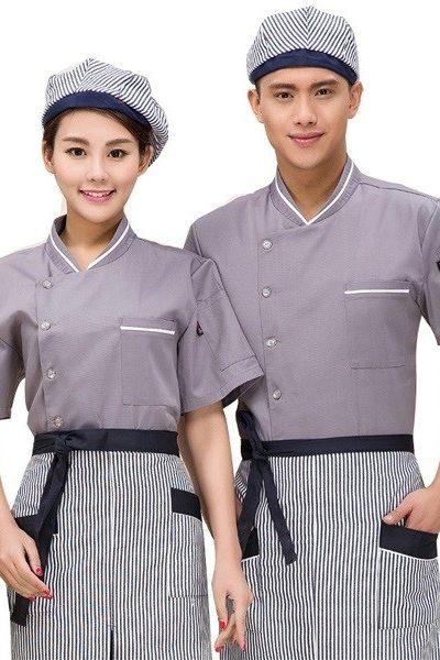 Đồng phục nhà hàng khách sạn – Đồng phục bếp áo xám viền trắng, nón, tạp dề sọc trắng xanh đen viền xanh đen 25