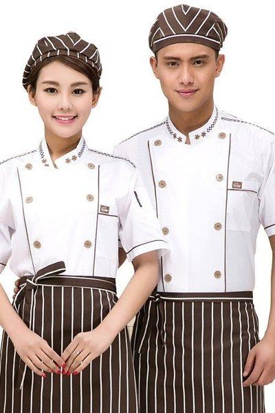 Đồng phục nhà hàng khách sạn – Đồng phục bếp áo trắng nút nâu viền nâu họa tiết nâu, nón, tạp dề nâu sọc trắng 26