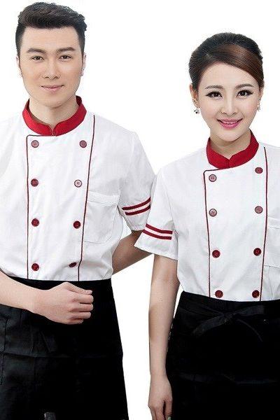 Đồng phục nhà hàng khách sạn – Đồng phục bếp áo trắng nút đỏ viền đỏ, tạp dề đen 28