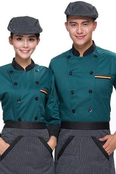 Đồng phục nhà hàng khách sạn – Đồng phục bếp áo xanh viền đen, nón, tạp dề sọc đen trắng 29