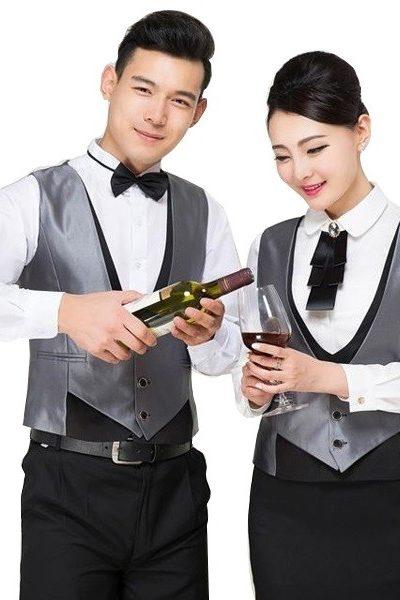 Đồng phục nhà hàng khách sạn – Đồng phục phục vụ áo sơ mi trắng quần tây đen áo ghi lê xám nơ đen 44