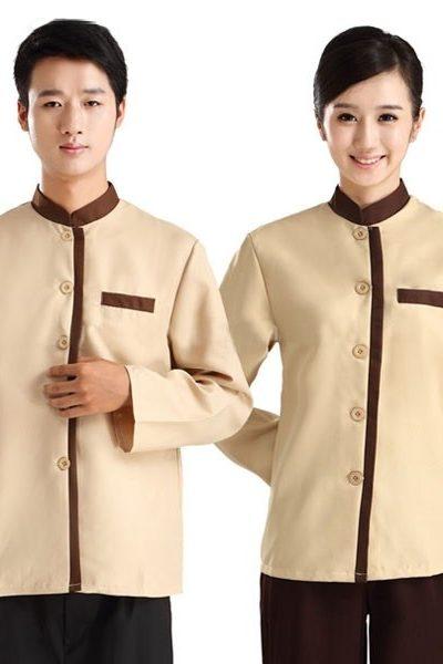 Đồng phục nhà hàng khách sạn – Đồng phục phục vụ áo kem viền nâu quần nâu 34