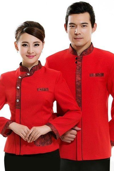 Đồng phục nhà hàng khách sạn – Đồng phục phục vụ áo đỏ phối họa tiết quần đen 35