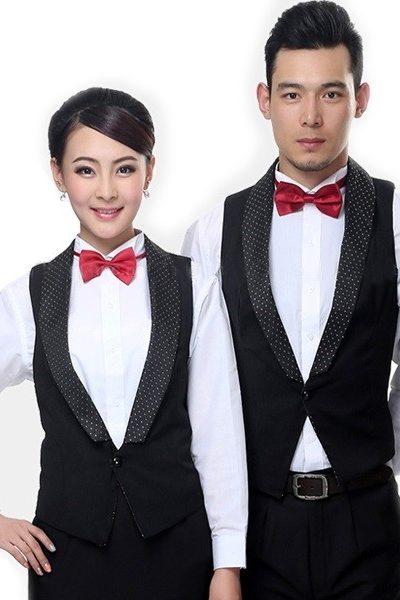 Đồng phục nhà hàng khách sạn – Đồng phục phục vụ áo sơ mi trắng, áo vest đen, quần tây đen, nơ đỏ 37