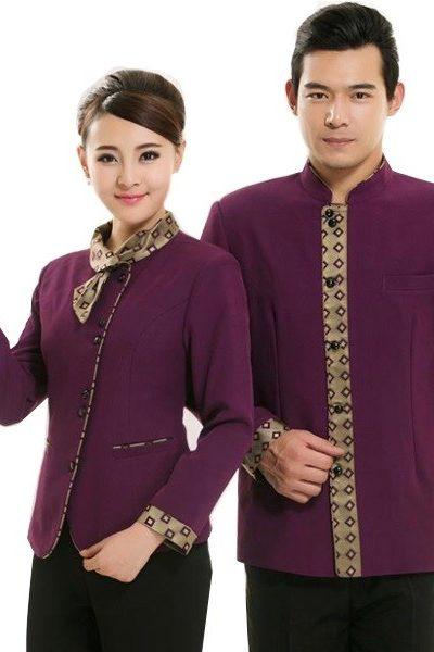 Đồng phục nhà hàng khách sạn – Đồng phục phục vụ áo tím phối viền vàng họa tiết quần tây đen 38