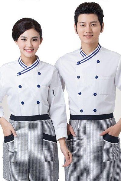 Đồng phục nhà hàng khách sạn – Đồng phục bếp áo trắng nút xanh viền xanh, tạp dề sọc đen trắng viền đen 35