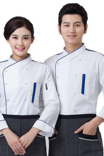 Đồng phục nhà hàng khách sạn – Đồng phục bếp áo trắng viền xanh, tạp dề sọc trắng đen 36