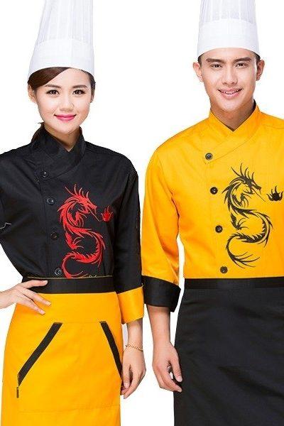 Đồng phục nhà hàng khách sạn – Đồng phục bếp áo đen học tiết đỏ tạp dề vàng viền đen, áo vàng họa tiết đen tạp dề đen 38