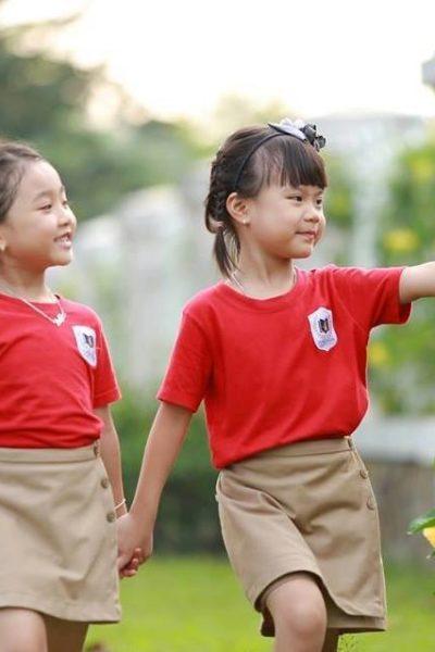 Đồng phục học sinh sinh viên – Đồng phục mầm non áo thun cổ tròn đỏ, váy nâu 18