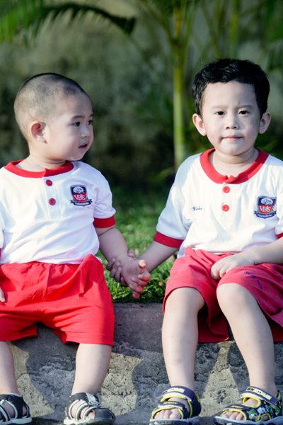 Đồng phục học sinh sinh viên – Đồng phục mầm non áo thun cổ tròn trắng phối đỏ, quần đỏ 25