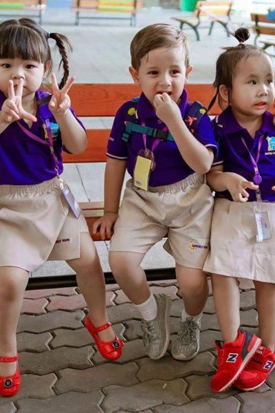 Đồng phục học sinh sinh viên – Đồng phục mầm non áo thun cổ trụ tím, quần váy kem 26